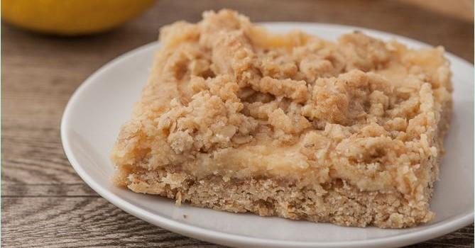Zitronencreme-Kuchen mit Streuseln