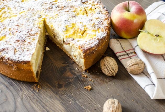 Apfelkuchen mit Nüssen und Rosinen