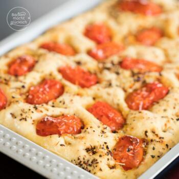 Focaccia mit Kräutern und Tomaten