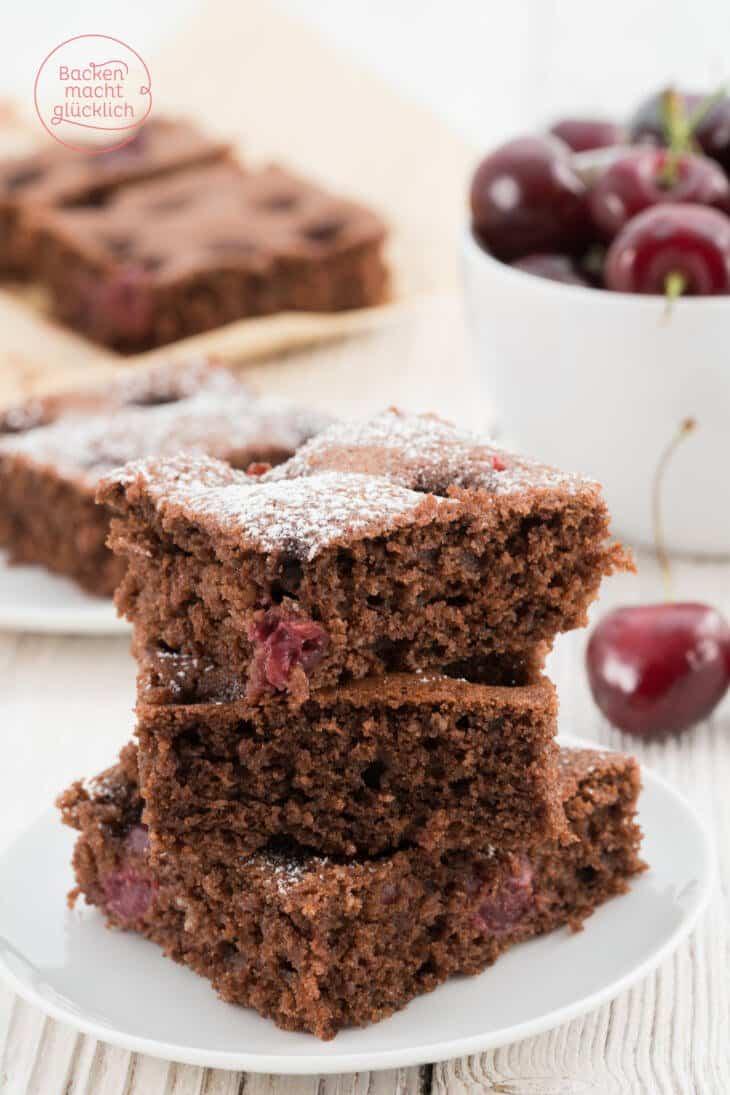 Blechkuchen mit Schokolade und Kirschen