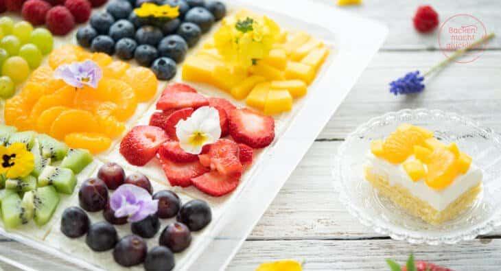 Bunter Obstkuchen mit Biskuit vom Blech
