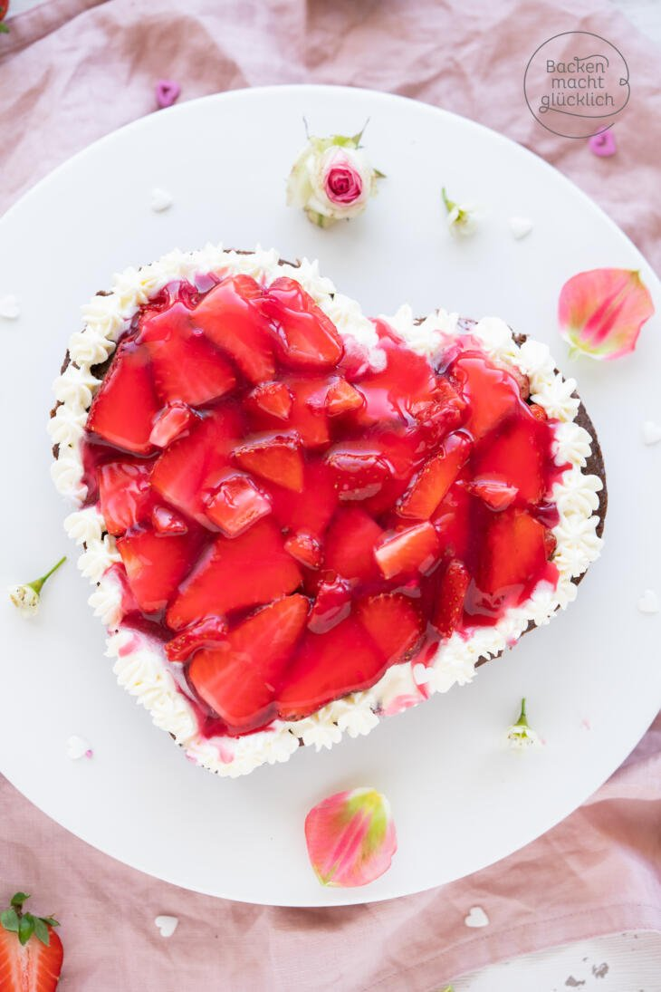 Muttertagskuchen mit Erdbeeren Herzform