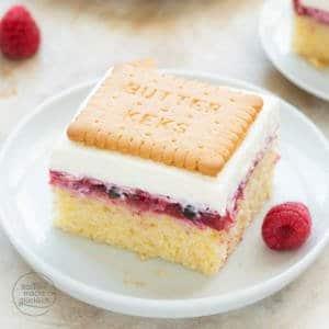 Butterkeks-Kuchen mit Beeren und pudding