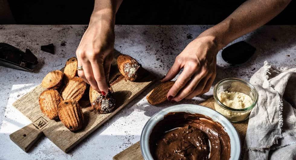 Französische Madeleines mit Schokolade